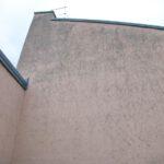 Fassade mit Algenbewuchs